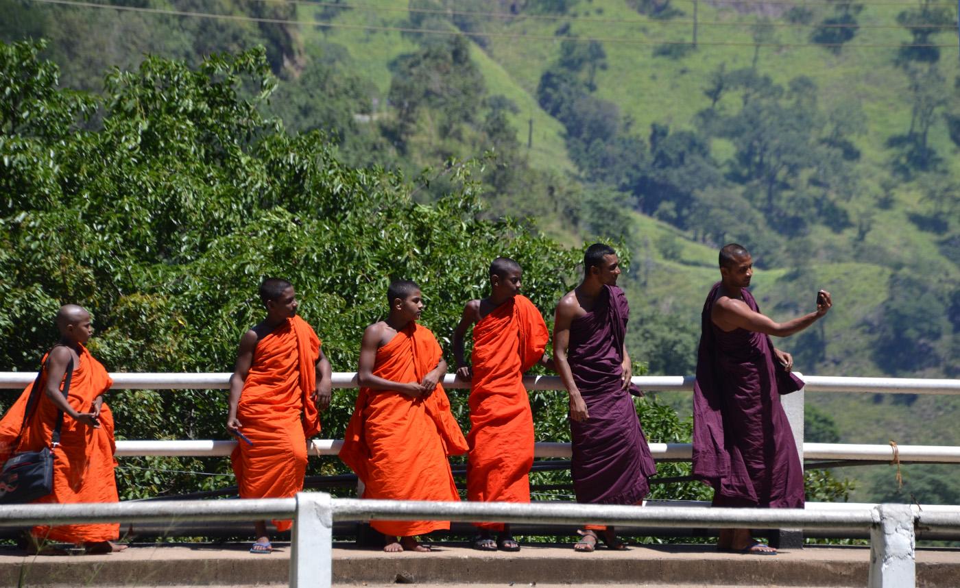 Фото 26. Монахи в Нувара-Элии. Отзыв о поездке на Шри-Ланку самостоятельно. 1/200, 7.1, 100, 85.