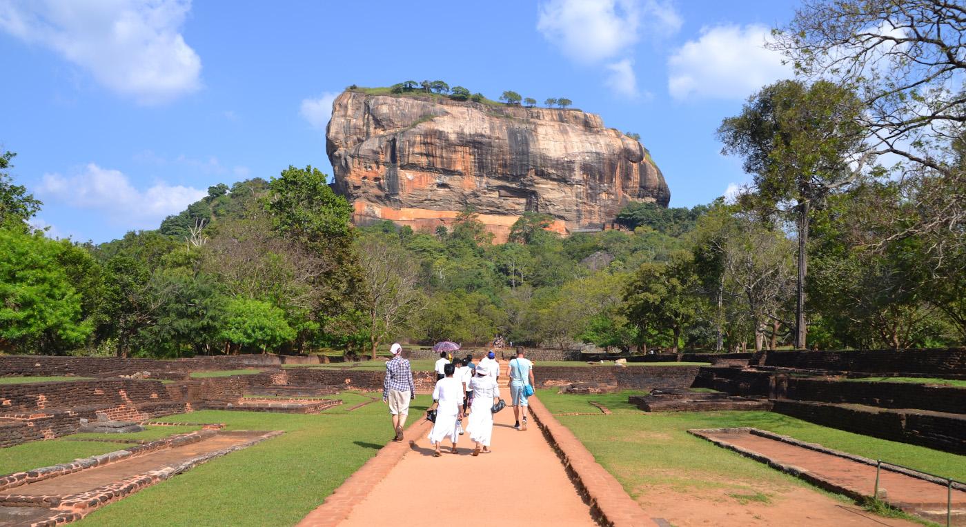 Фото 27. Самая знаменитая скала Шри-Ланки Сигирия. Стоит ли ехать на экскурсию из Унаватуны? 1/320, 9, 100, 55.