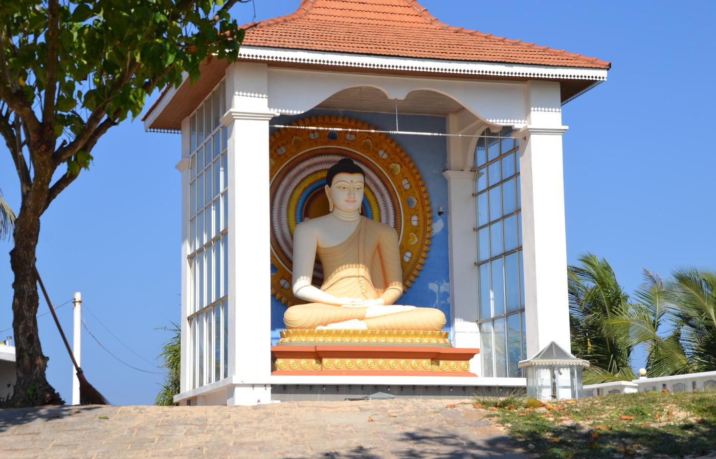 Фотография 4. Буддийский храм в Унаватуне (Unawatuna Beach). Чем мы занимались на отдыхе на Шри-Ланке. 1/320, 9, 100, 55.