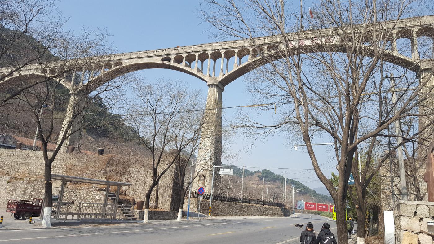 Фото 21. Виадук у дорожного кольца Мутяньюй (Mutianyu Roundabout, Mutianyu Huandao, 慕田峪环岛)), рядом с которым находится остановка автобуса H23, на которой нужно выходить, чтобы попасть на Великую Китайскую Стену.