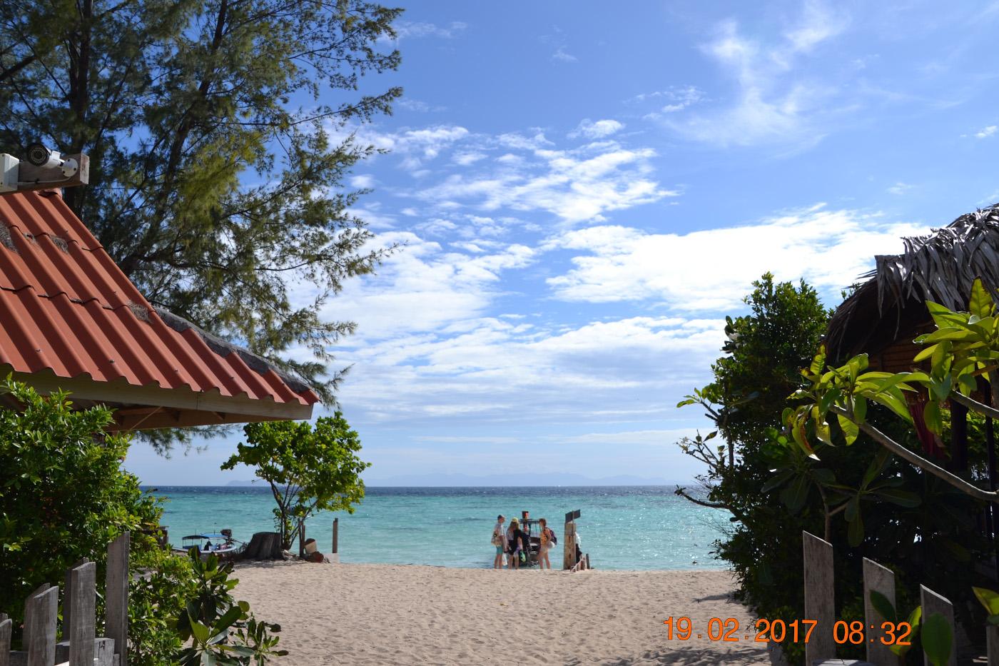 Фото 1. Вид на пляж Санрайз на острове Ко Липе. Советы туристам, собирающимся на пляжный отдых в Таиланде. Камера Nikon D3100 с объективом Tamron 18-270mm f/3.5-6.3. Настройки: выдержка 1/500, f/11, ISO 100, ФР=55 мм.