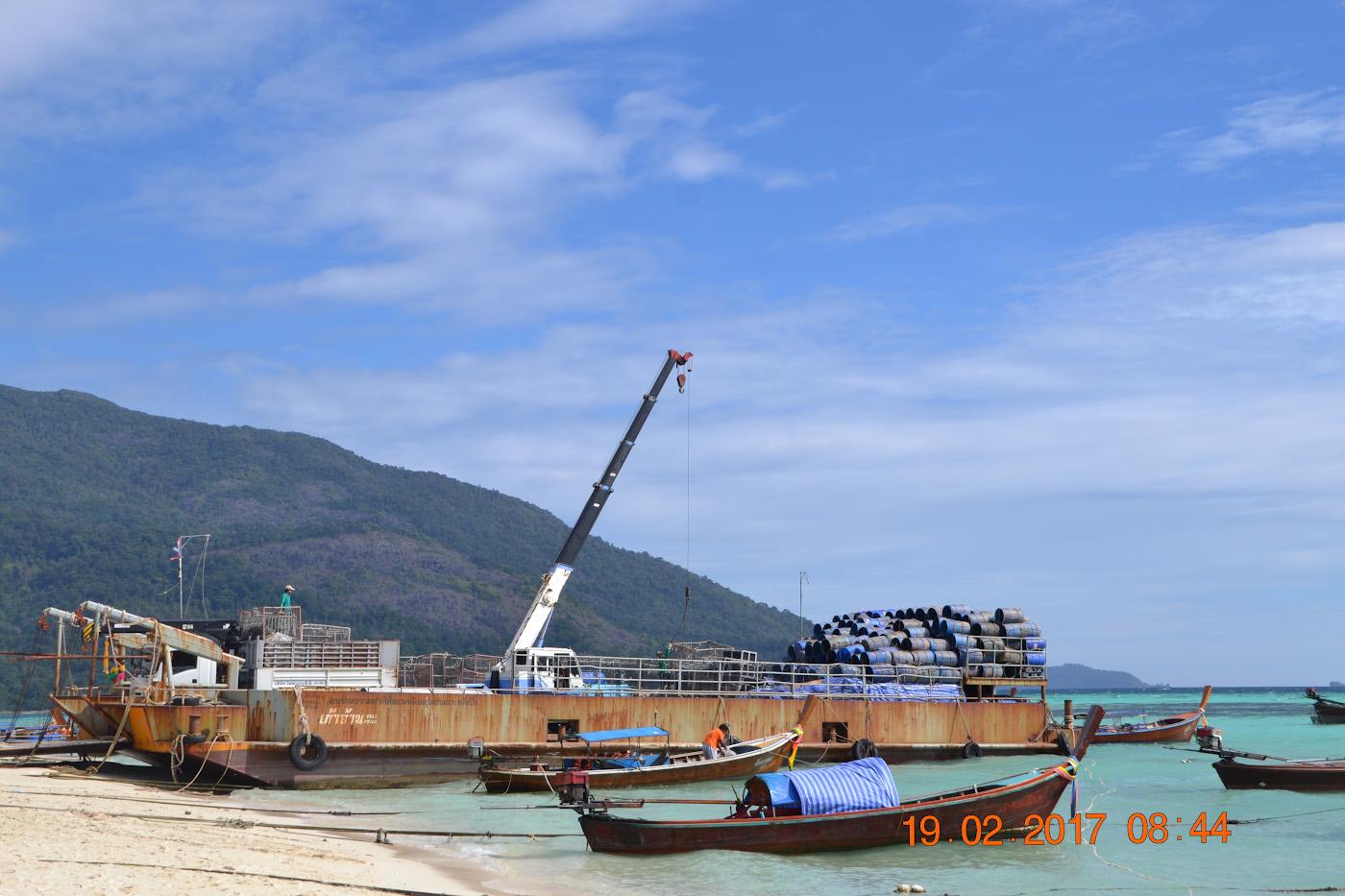 Фото 11. Баржа для вывоза мусора с острова Ко Ланата, расположенная на пляже Санрайз. 1/400, 10.0, 100, 55.