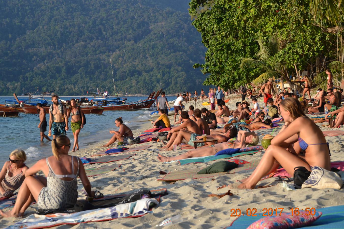 Фото 13. Отдыхающие на пляже Сансет-бич острова Ко-Липе. Отзывы туристов о поездке в Таиланд самостоятельно. 1/200, 7.1, 100, 55.