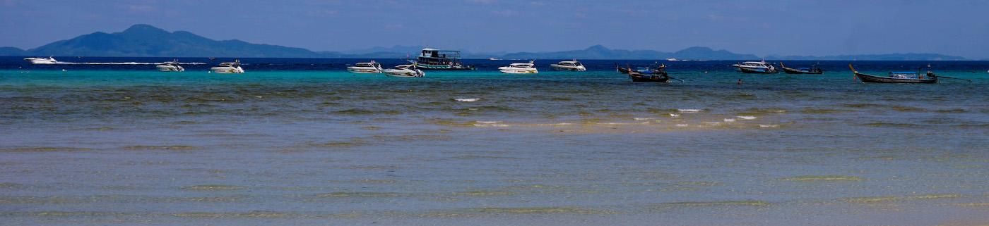 Фотография 2. Панорама, что видят туристы, отдыхая на островах в Таиланде. Снято на Sony A6000. Настройки: 1/320, 11, 100, 41.