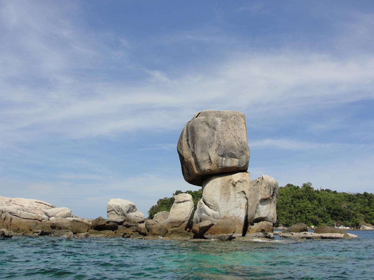 Фото 19. Скалы на островке Koh Hin Sorn, куда плавают на экскурсии с Ко Липе. Отзыв туристов из Омска о самостоятельном путешествии в Таиланд. Снято на мыльницу Sony DSC-H20. 1/320, 8.0, 80, 6.3.