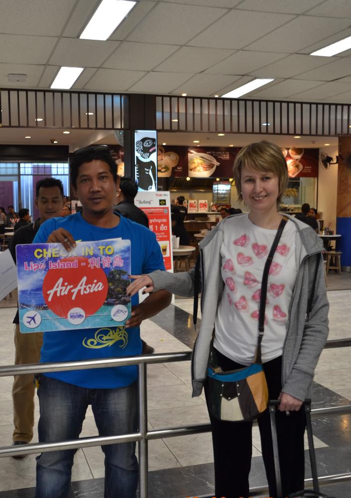 Фотография 29. Сотрудник «Air Asia» встречает с табличкой туристов, выбравших программу «Island Transfer», чтобы добраться на Ко Липе. 1/50, 5.0, 400, 55.