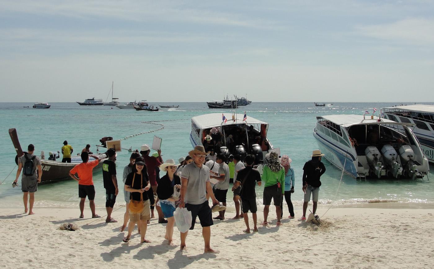 Фото 30. Туристы прибыли на пляж Паттайя из Пак Бары. Разбираемся, как добраться на остров Ко Липе из разных мест Таиланда различными видами транспорта. Снято на Sony DSC-H20. Настройки: 1/640, 8.0, 80, 6.3.