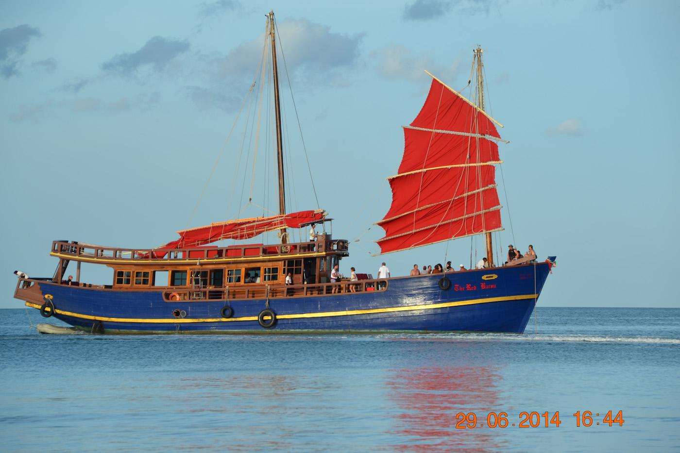 Фото 4. Прогулочный корабль, на котором можно отправиться на экскурсию по островам Таиланда. 1/250, 8.0, 100, 120.