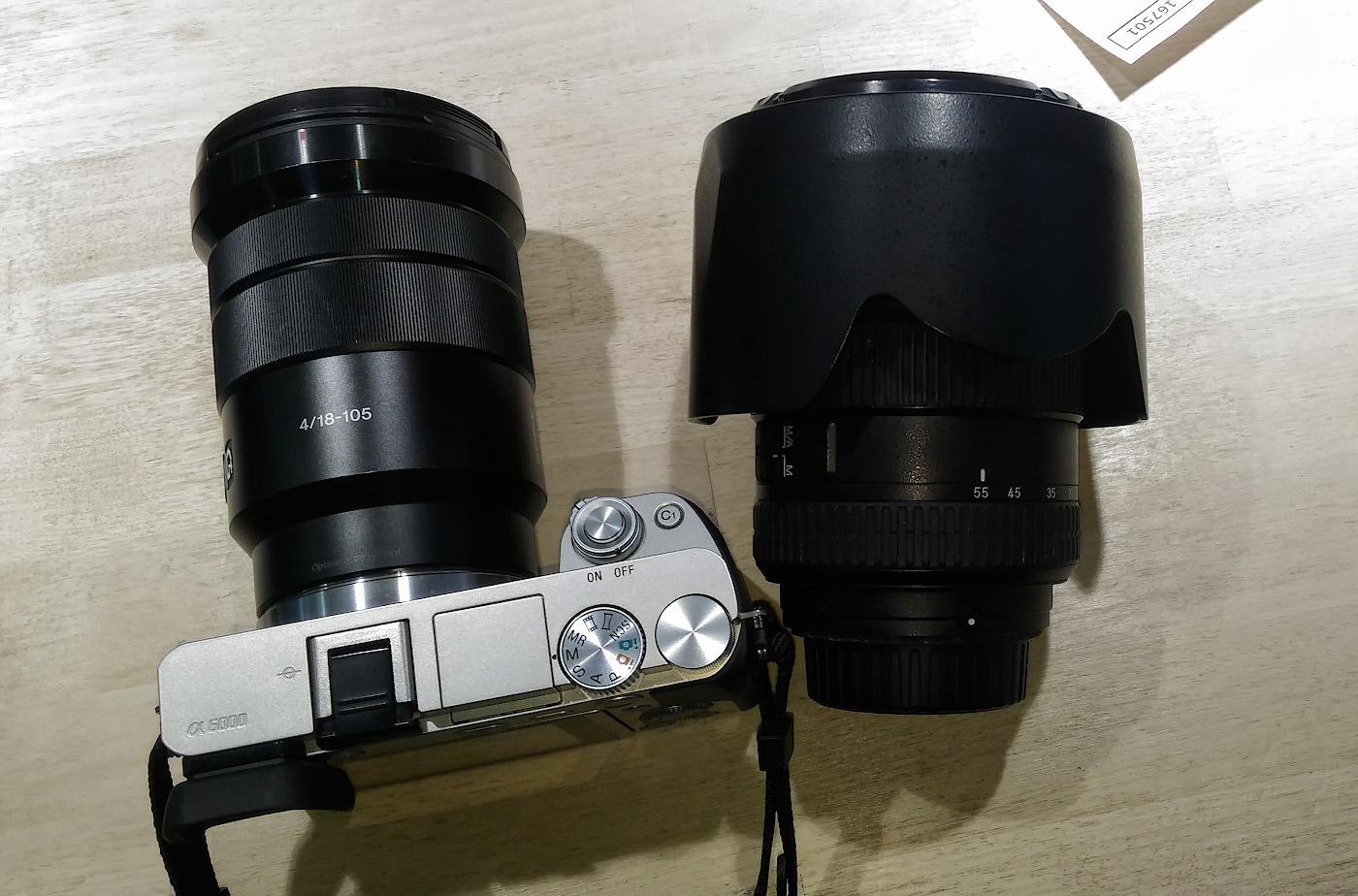 Фото 4. Объектив Sony 18-105mm f/4 в сравнении с КИТовым Sony 16-50mm f/3.5-5.6, действительно, довольно большой. Но в сравнении со светосильным репортажником для КРОПнутых зеркалок Nikon18-55mm f/2.8, он - просто крошка. Смотрите, как он выглядит на тушке Sony A6000.