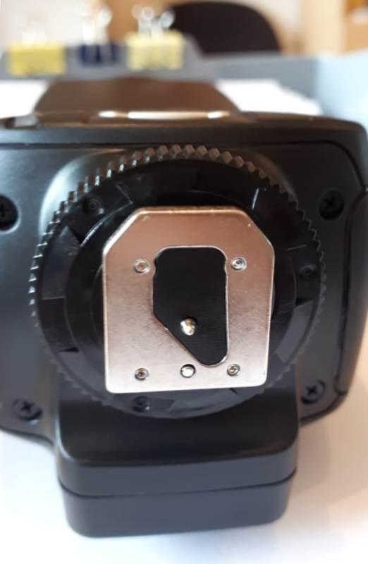 Фото 2. Разъем горячего башмака вспышки Yongnuo YN560-IV. Видим, что в нем есть центральный контакт.