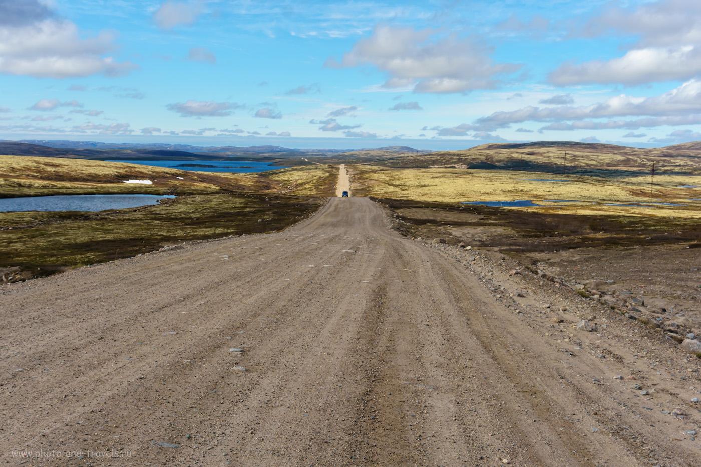 Фотография 7. Так выглядит грунтовая дорога до Териберки. Тундра и голубые озера Кольского полуострова.