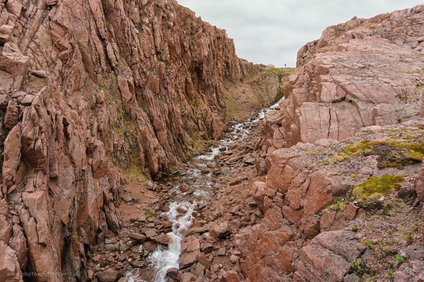 Фотография 37. Красный каньон Батарейского водопада в окрестностях села Териберка на Кольском полуострове в Мурманской области.