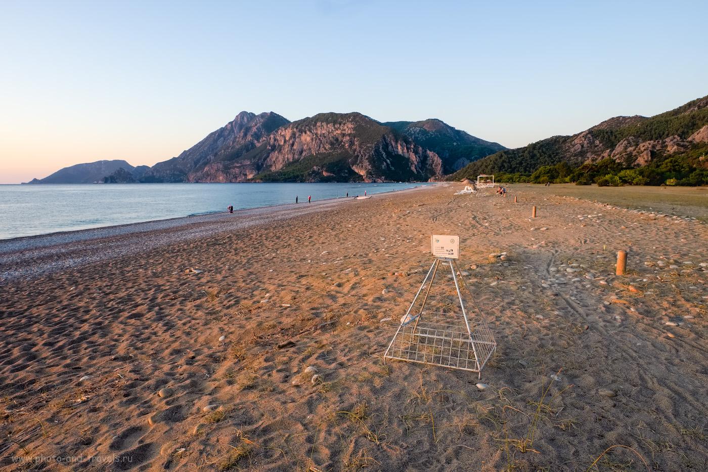 Фото 18. Так выглядит пляж Чиралы (Çıralı) на рассвете. На переднем плане – «клетка», ограждающая кладку яиц черепах логгерхедов. На заднем плане – гора Муса-даг (Musa Dağı). 1/17, 9.0, 200, +0.33, 16.