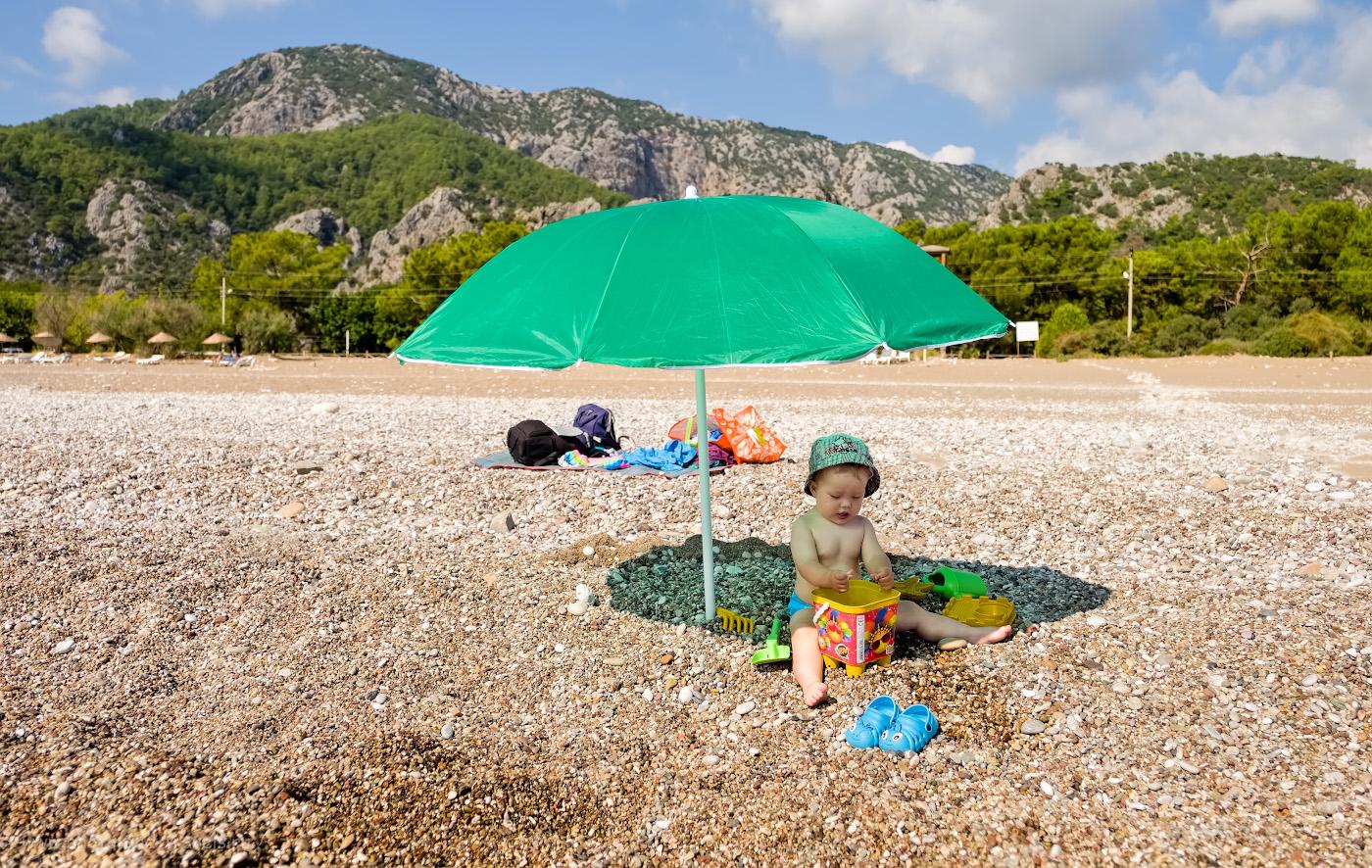 Фотография 33. Резиновые тапочки помогут малышу ходить по камням и гальке. Советы отдыхающим с детьми, что взять с собой на море. 1/2900, 2.8, 200, +0.33, 18.