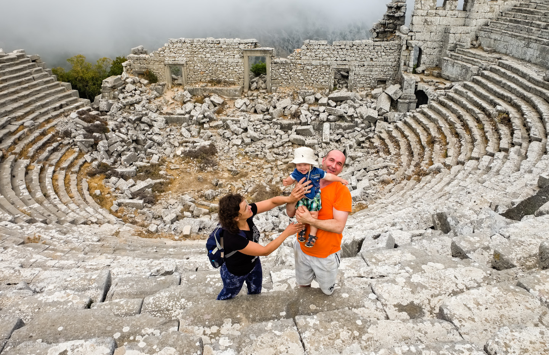 Фото 8. Наша семья во время экскурсии к руинам античного города Термессос (Termessos Antik Kenti). Для сына это - уже второй амфитеатр (после Фаселиса). Если вы отдыхаете в Анталии или Кемере, поездка к этой достопримечательности тоже обязательна. 1/80, 10.0, 320, 16.