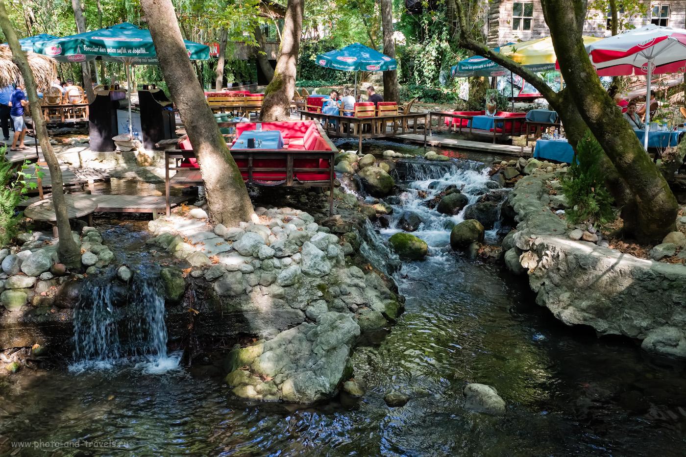 Фото 9. Ресторан «Tropik Restaurant» на ручье Улупинар, где можно заказать форель на углях, оказался необычным и приятным местом. Не удивляйтесь, что сюда приезжают люди не только из Чиралы, но и из Кемера. 1/80, 8.0, 1250, -0.33, 22.