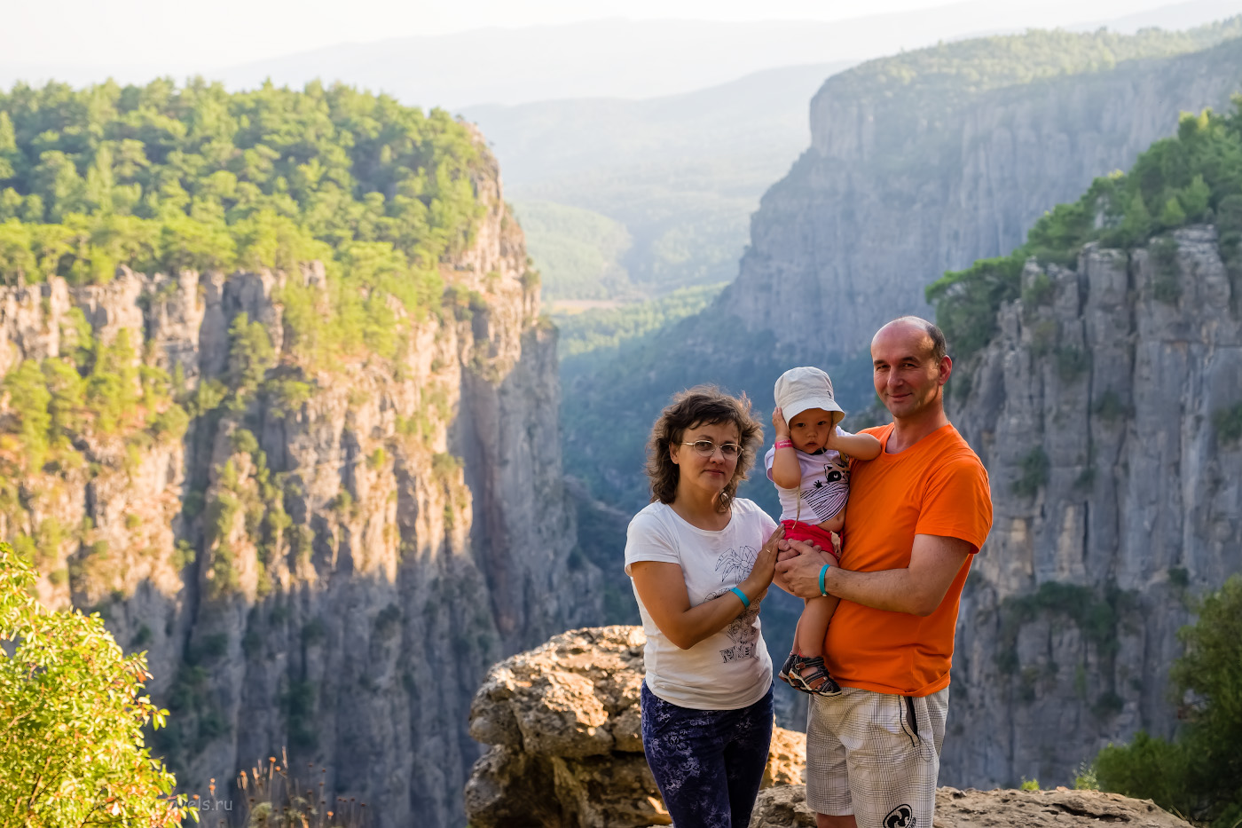 Фото 13. Наша семья у смотровой площадки каньона Тазы (Tazı Kanyonu), что в окрестностях Сиде и Манавгата. Не так уж далеко от Анталии. 1/250, 4.0, 200, 38.