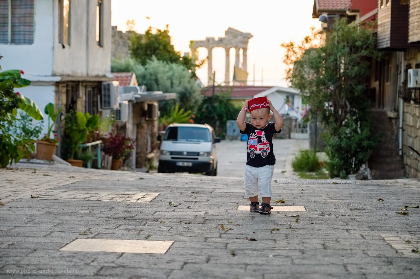 Снимок 17. Наш маленький бог на фоне храма Аполлона в Сиде. Отзывы о самостоятельных экскурсиях в Анталии с детьми. 1/180, 2.8, 200, -0.33, 55.