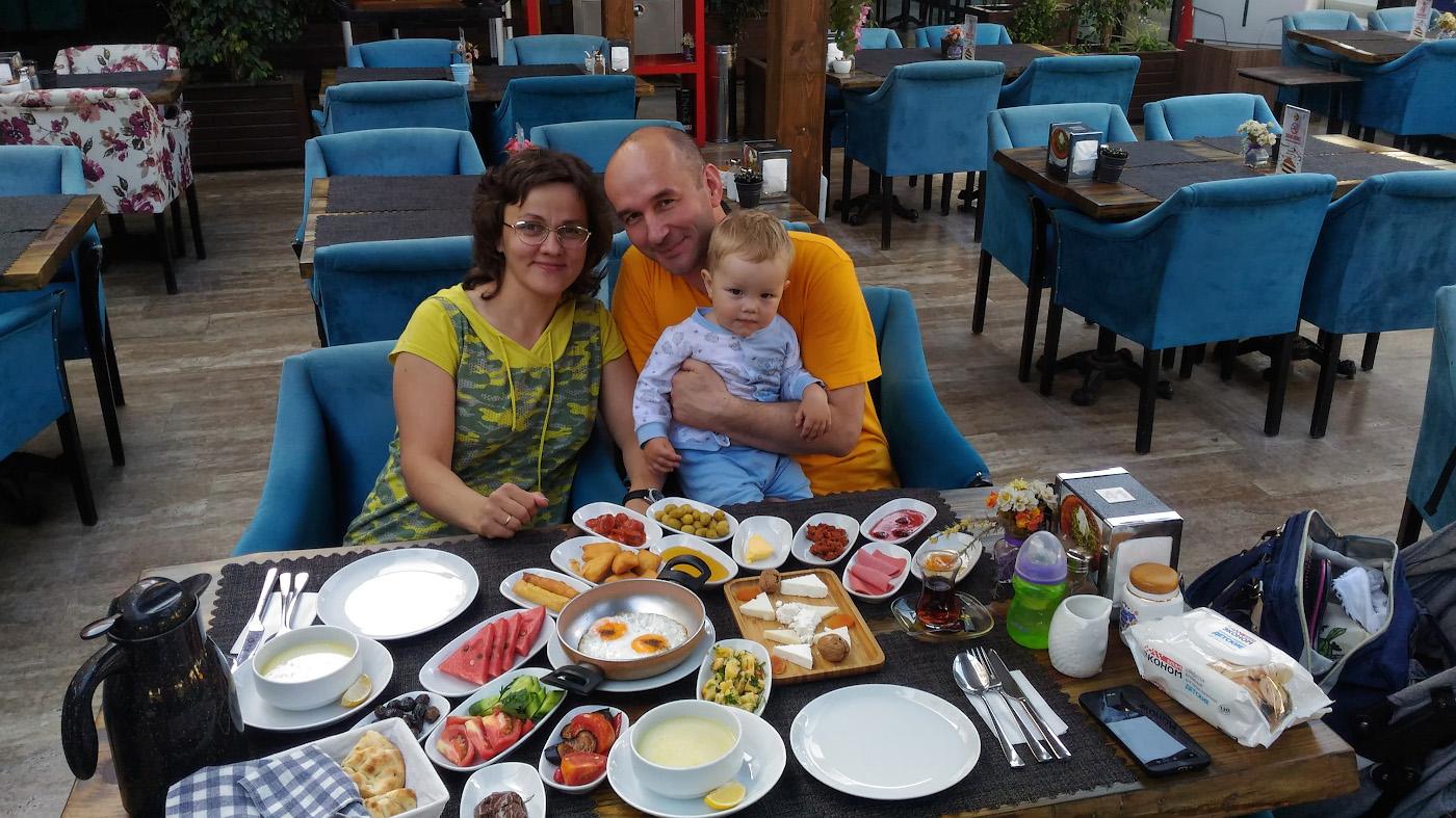 Фото 2. В ресторанчике около пляжа Лара (Lara Plajı) в Анталии. Так выглядит стол с двумя турецкими завтраками и двумя тарелками куриного супчика. Трудно ли накормить ребенка во время отдыха в Турции? Снято на смартфон.