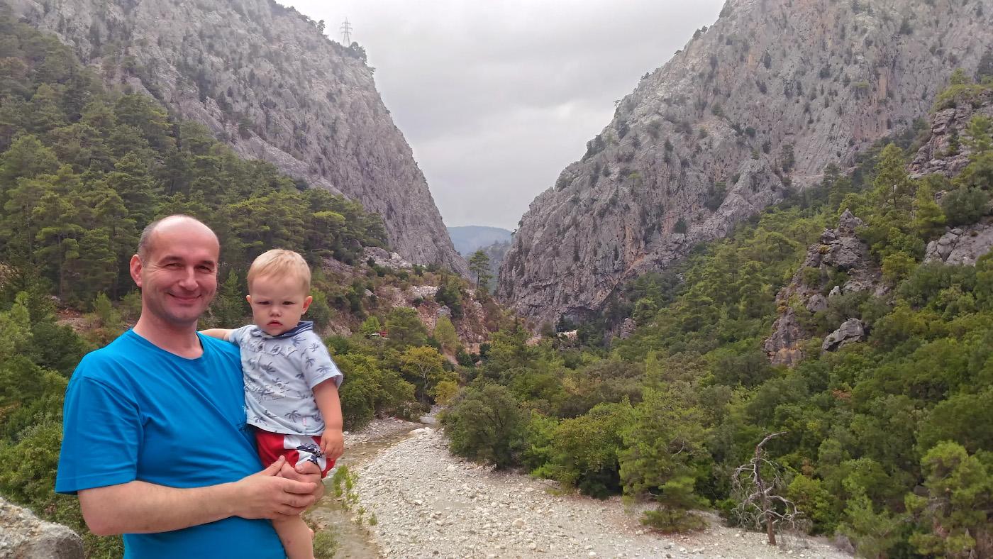 Фото 41. Взгляды на отдых в Турции могут различаться у взрослых и детей. Снято в каньоне реки Агва на пути к мосту Kesme Boğazı. Снято на смартфон.