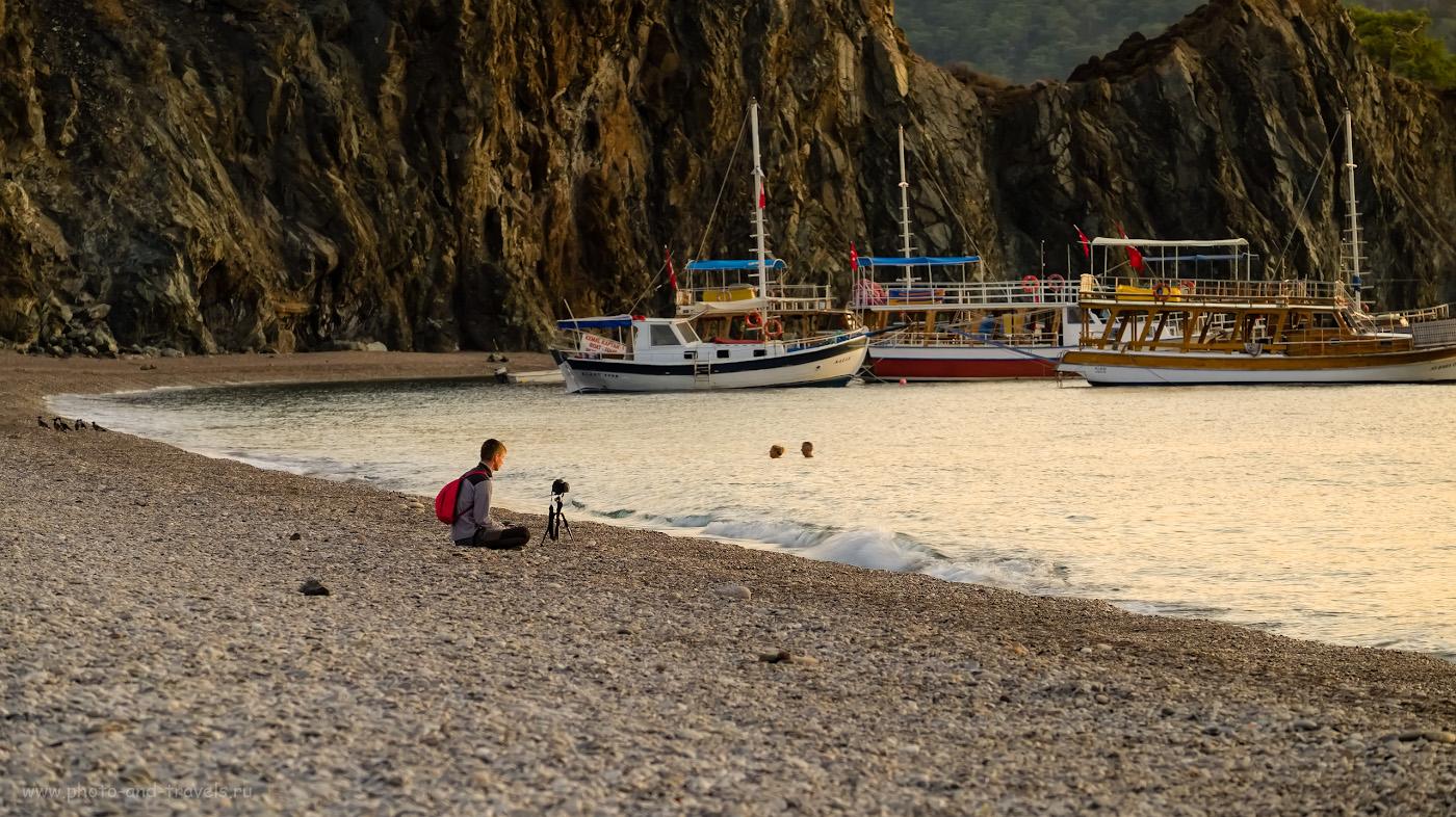 20. Коллега-фотограф снимает рассвет на фоне скалы Карабурун в северной части пляжа. 1/15, 5.6, 200, -0.33, 128.