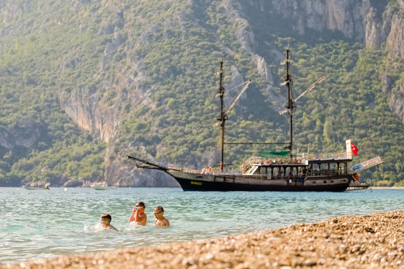 15. Дети купаются на пляже Чирали. На заднем плане – турецкая гулета (тип древнего судна для каботажного плавания в море) и гора Муса-Даг. 1/1600, 3.8, 200, -0.33, 82.