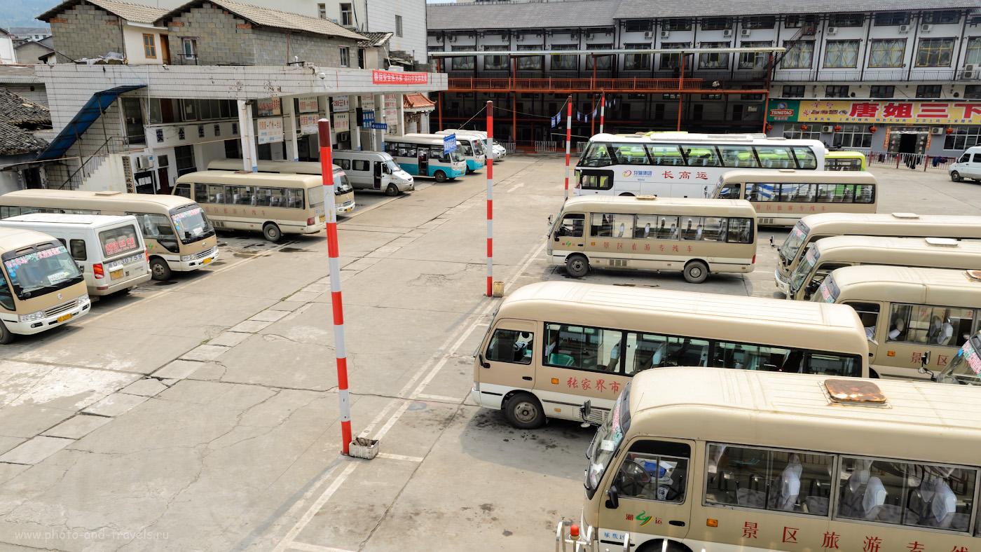 Фотография 9. Так выглядит автостанция в деревне Юлинъюань (Wulingyuan) в Китае. Рассказ о том, как мы добирались из Чжанцзяцзе в город Фэнхуан на автобусе. 1/125, 11.0, 100, 17.