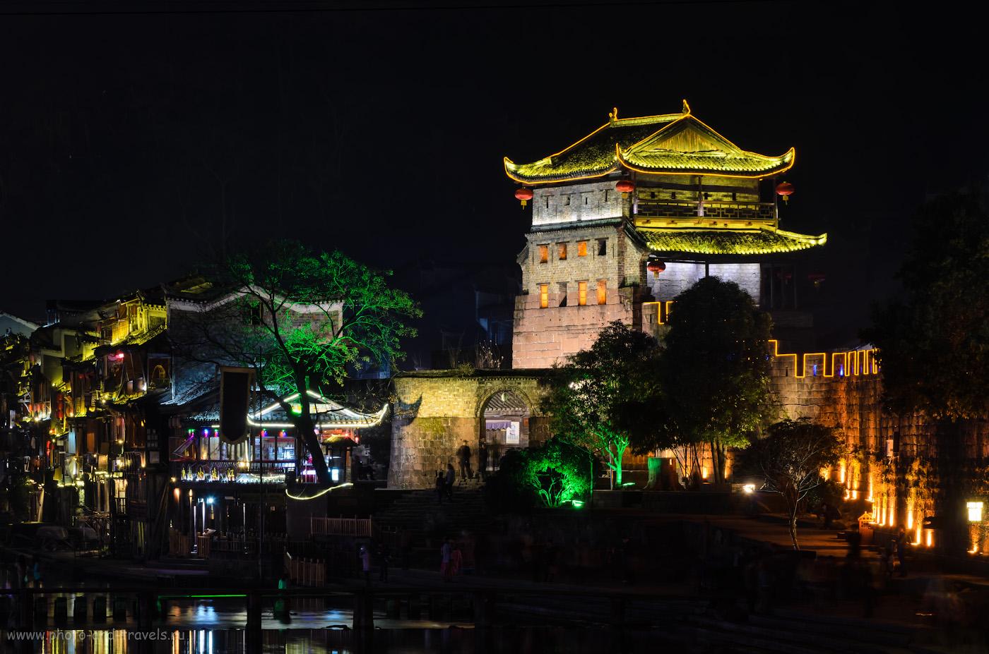 15. Зеркалка Nikon D5100 с телевиком Nikon 70-300 снимает резко даже ночью, будучи установленной на штатив Sirui T-2204X-G20X. Ночной город Фэнхуан в Китае. 6, 11.0, 100, 122.