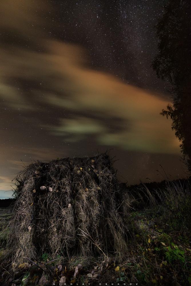 Фотография 11. Пример съемки звезд с облаками. Камера Nikon D610 с объективом Nikon 18-35mm f/3.5-4.5G. Небо: 18 mm, ISO 3200, f/3.5, 15 s, 1 кадр. Земля: 18 mm, ISO 400, f/8.0, 30 s, 4 кадра с подсветкой.