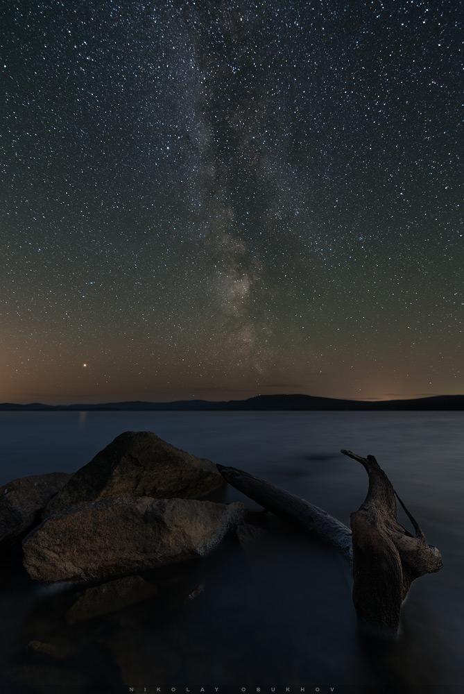 Фотография 15. Пример Time Blending при обработке пейзажа со звёздами. Камера Nikon D7100 с объективом Tokina 11-16mm f/2.8 DX II. Небо: 11 mm, ISO 2500, f/2.8, 20 s, 12 кадров. Земля: 11 mm, ISO 100, f/4.0, 30 s, 1 кадр.