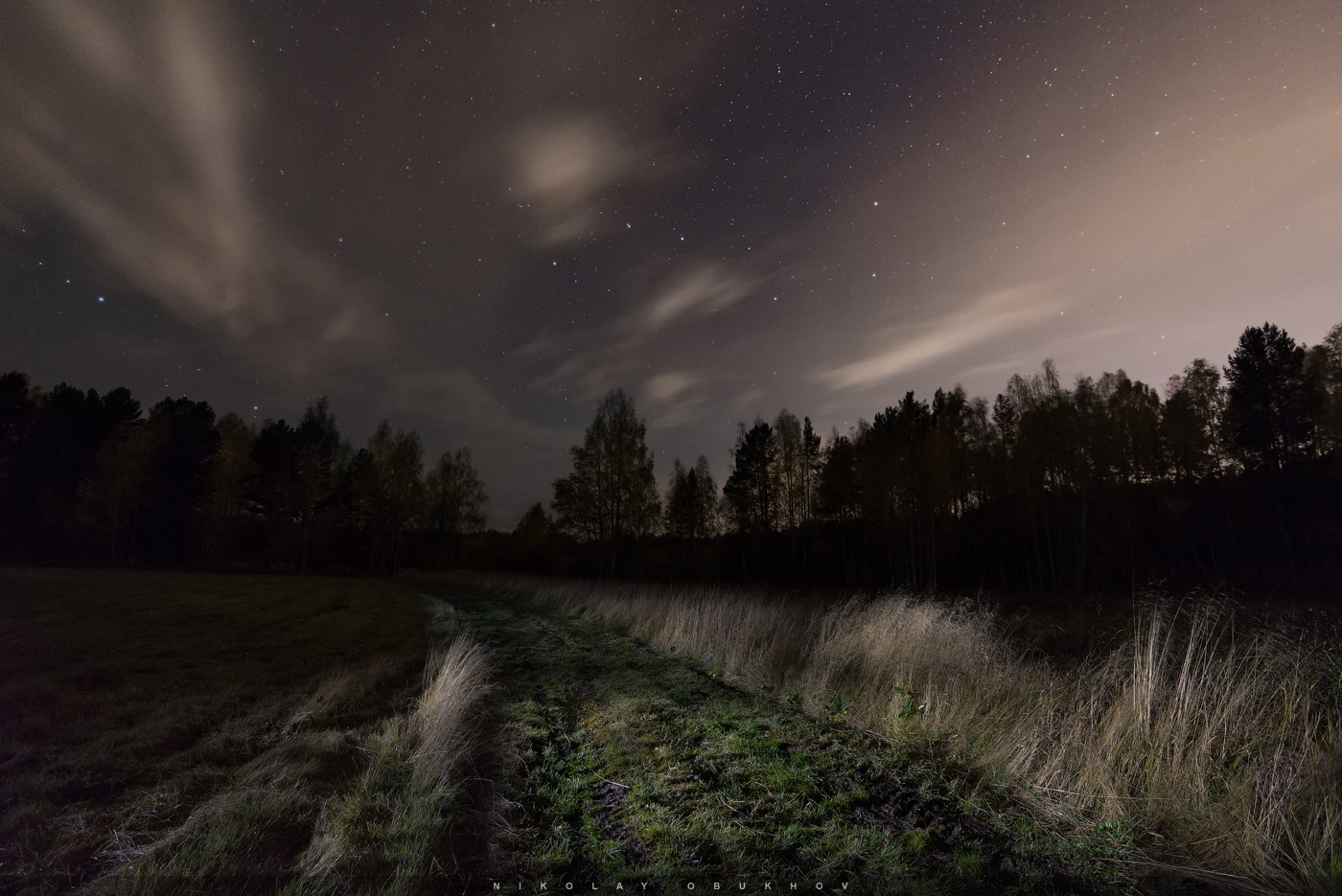 Фото 16. Камера Никон Д610 с объективом Никон 18-35 мм f/3.5-4.5 G. Небо: 18 mm, ISO 3200, f/3.5, 15 s, 8 кадров. Земля: 18 mm, ISO 500, f/8.0, 30 s, 6 кадров с подсветкой. Облака подсвечены световым загрязнением от города (до него меньше 20 км).