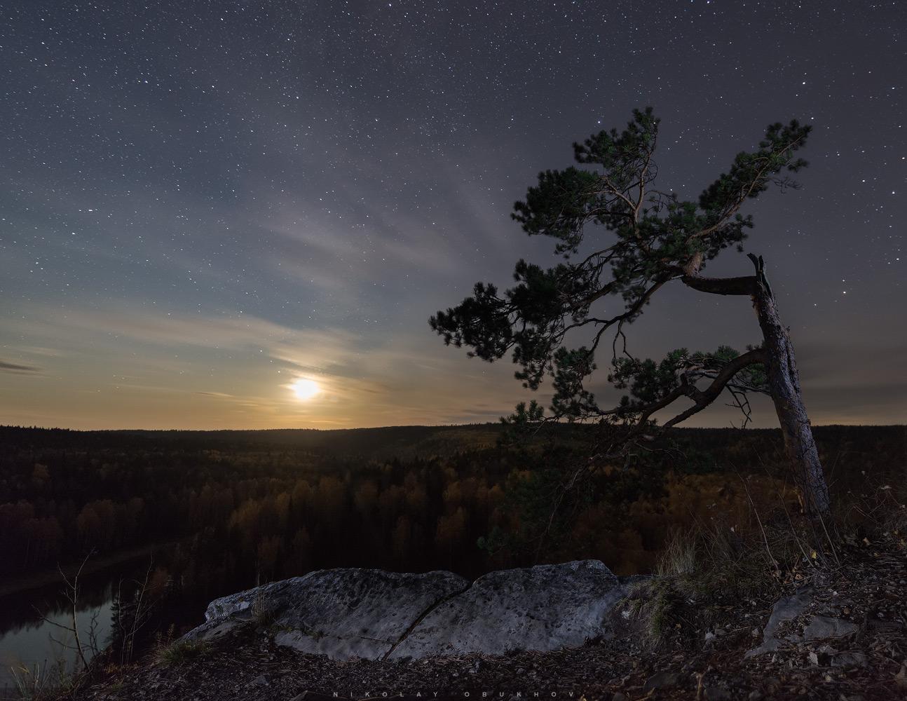 Фото 2. Закат луны на Камне Омутной. Камера Nikon D610 с объективом Nikon AF-S NIKKOR 18-35mm f/3.5-4.5G ED. Небо: 18 mm, ISO 3200, f/3.5, 20 s, 8 кадров. Земля: 18 mm, ISO 100, f/8.0, 20 s, 3 кадра с подсветкой.