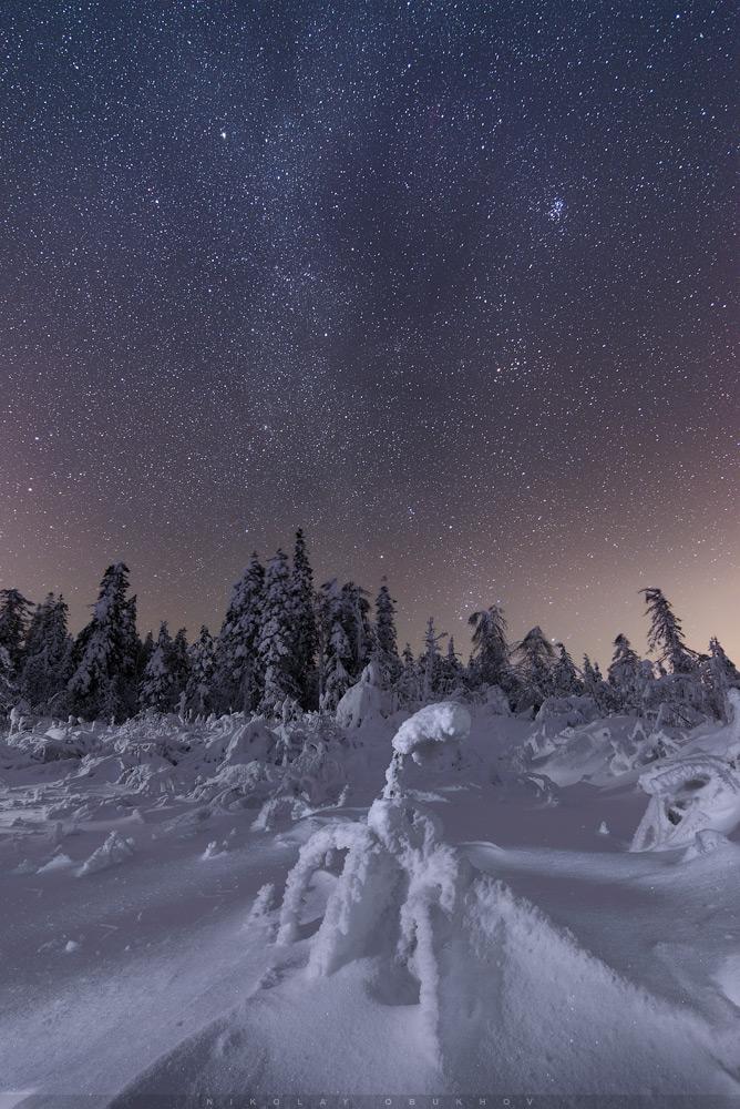 Фото 17. Как фотографировать звезды зимой. Камера Nikon D610 с объективом Nikon AF-S NIKKOR 18-35mm f/3.5-4.5G ED. Небо: 18 mm, ISO 3200, f/3.5, 20 s, 10 кадров. Земля: средний и дальний планы: 18 mm, ISO 200, f/3.5, 20 s, 3 кадра с подсветкой, передний план: 18 mm, ISO 100, f/11, 20 s, 2 кадра с подсветкой.