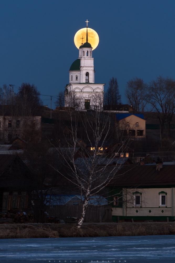 Фото 6. Пример съемки восхода луны в полнолуние. Камера Nikon D7100 с объективом Nikon AF-S DX 55-200mm f/4-5.6G ED VR II. 200 mm, ISO 200, f/5.6, 1/15 s, 1 кадр.