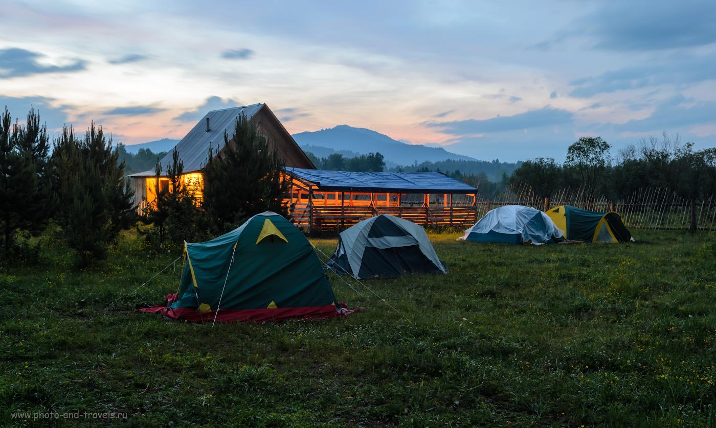 """Фотография 17. Палата №2 на базе отдыха """"Малиновка"""" (наша палатка - вторая). На заднем плане - гора Ялангас, куда мы поднимались верхом на лошадях на третий день отдыха в горах Башкирии. 30 сек., 11.0, 100, -1.0, 26."""