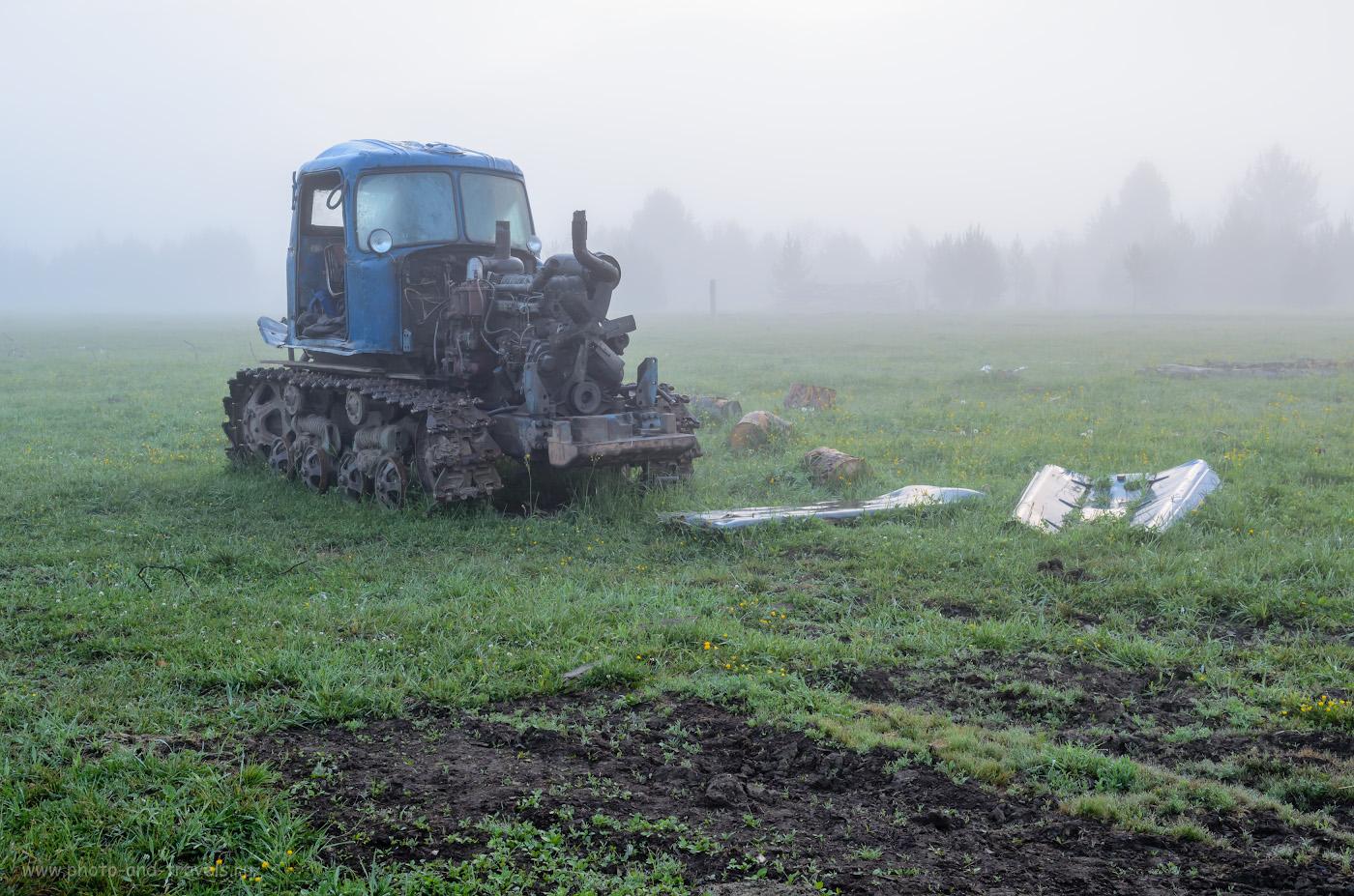 """Фото 19. Лишь трактор согласился стать для меня фотомоделью. Хутор Отнурок у подножья горы Малиновая. Здесь расположена турбаза """"Малиновка"""".0.25, 9.0, 100, 28."""