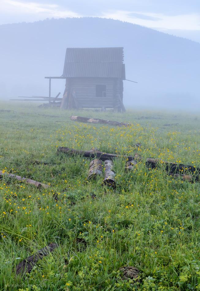 20. Избушка, почти на курьих ножках. Позади, кажется, видна то ли гора Отнурок, то ли - Катайка. Где можно отдохнуть в окрестностях Белорецка. 0.25, 10.0, 100, 30.