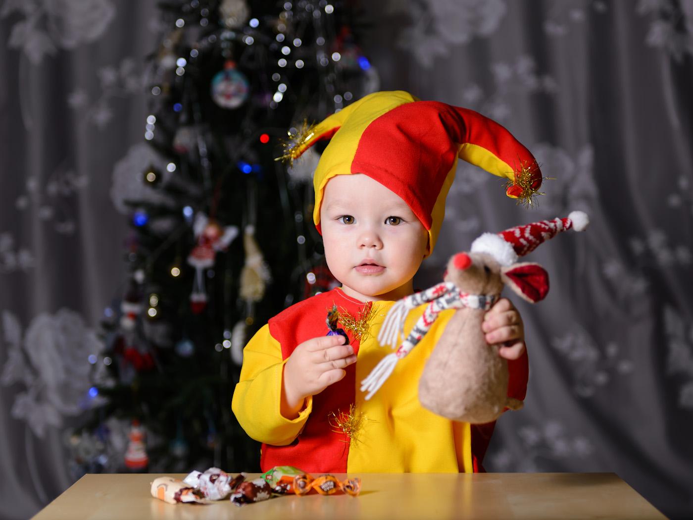 Снимок 8. Поясной портрет ребенка. Учимся снимать на Новый год. 1/250, 2.8, 100, 62.