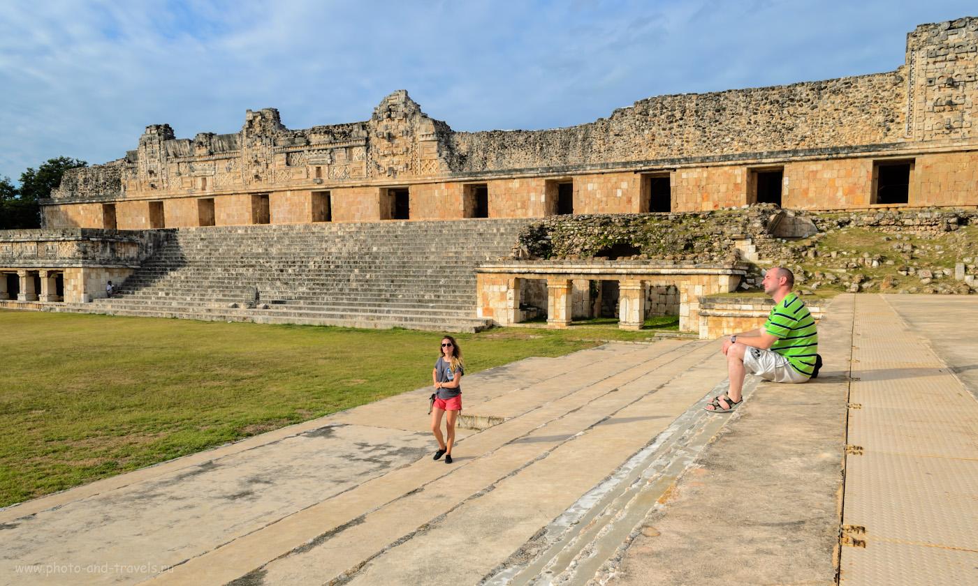 8. Туристы в Ушмале. Женский монастырь (Cuadrangulo de las Monjas). Путешествие по Юкатану. 1/125, 11.0, 110, 18.