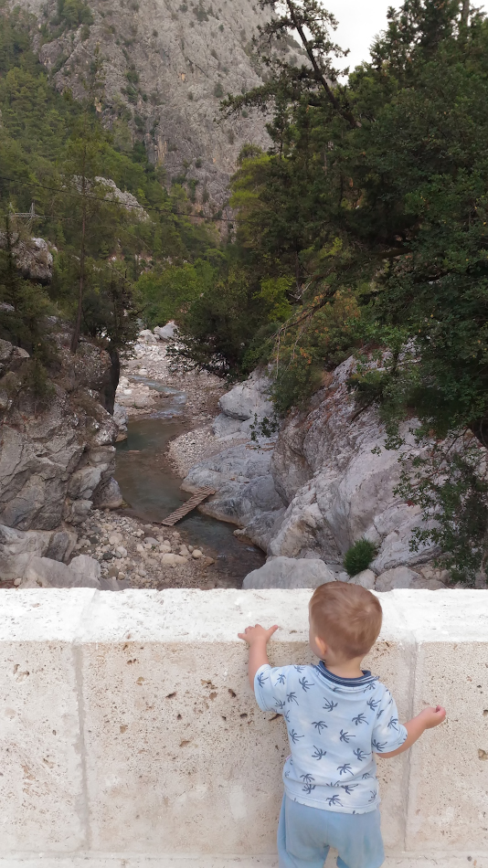 14. Маленький турист рассматривает каньон с моста Кесме. Отзывы об отдыхе в Турции с детьми. Снято на смартфон.