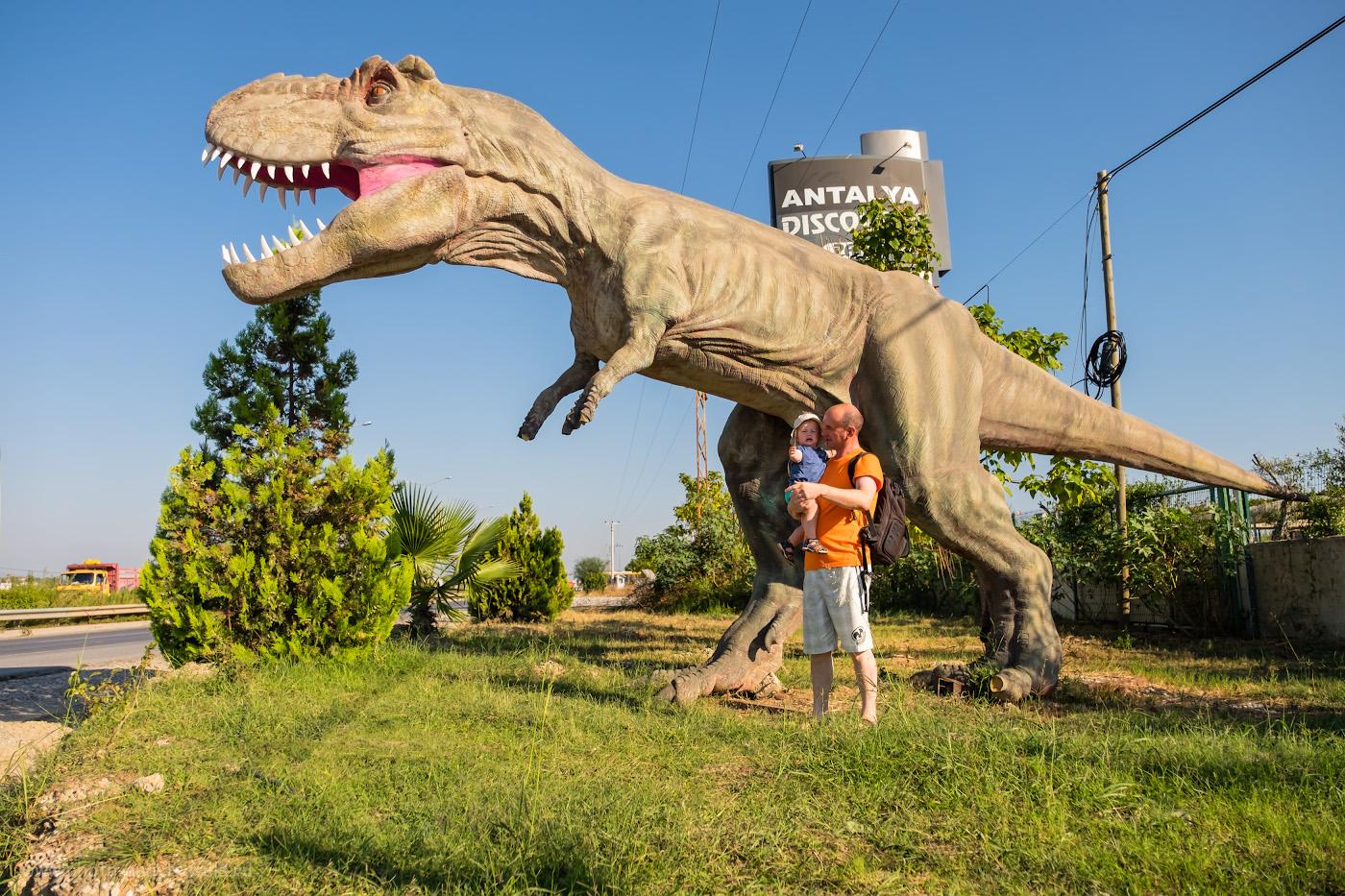 27. В парке динозавров «DinoPark» в поселке Гёйнюк можно сделать отличные фотографии. Этот снимок получен в «Дискавери-Парк в Сиде», и, как видно, маленькому ребёнку понадобится время, чтобы привыкнуть к виду гигантского чудовища. 1/4000, 2.8, 200, -0.67, 17.