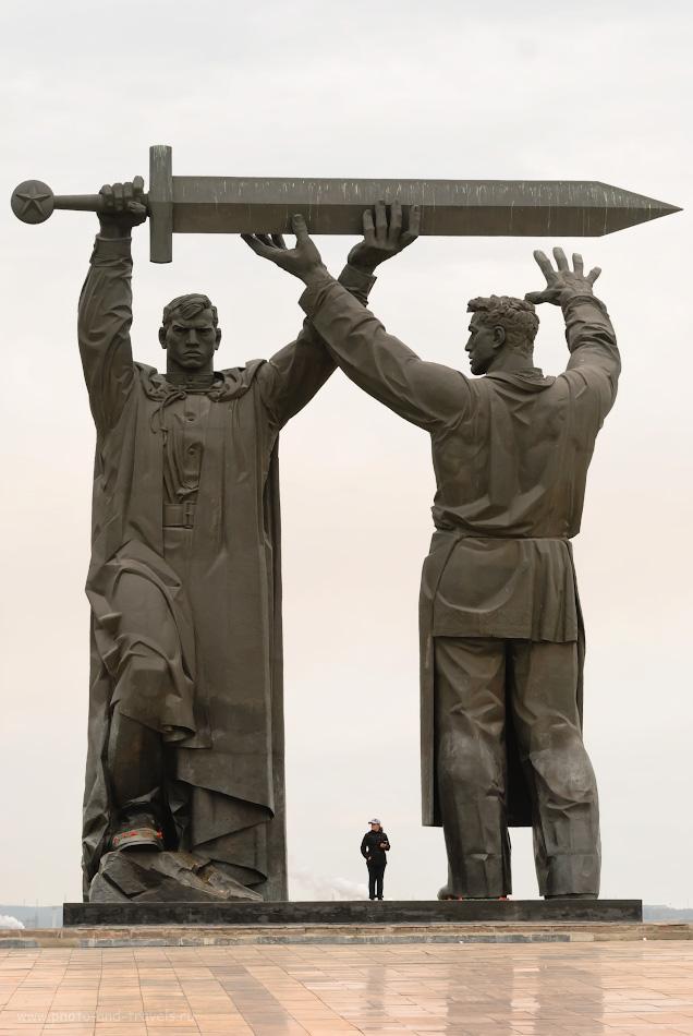 39. Мне нравится фотографировать людей рядом с памятниками на большие фокусные расстояния. Правда, хорошо передаются масштабы? Снято на Nikon 70-200mm f/2.8G. Настройки: 1/400, 5.6, 200, 70.