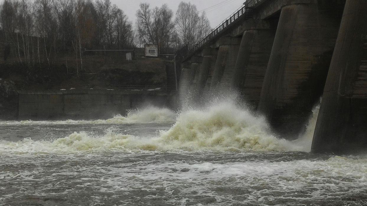29. Спокойная река Исесть оказывается грозным чудовищем на пороге Ревун во время таяния снегов. И на Волковской плотине тоже интересно наблюдать за мощью природы.