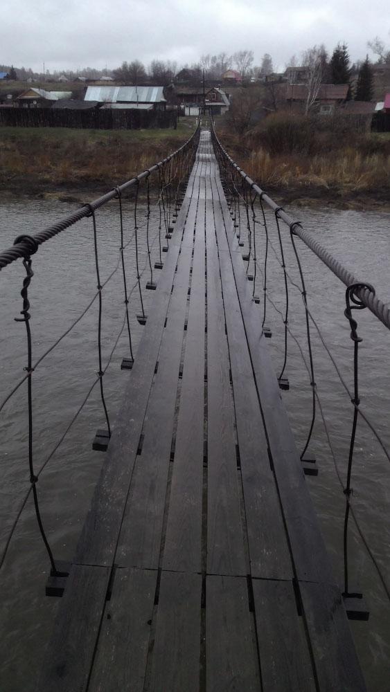 27. Если поехать на авто от Буркана в село Щербаково, можно прогуляться по подвесному мосту через реку Исеть.