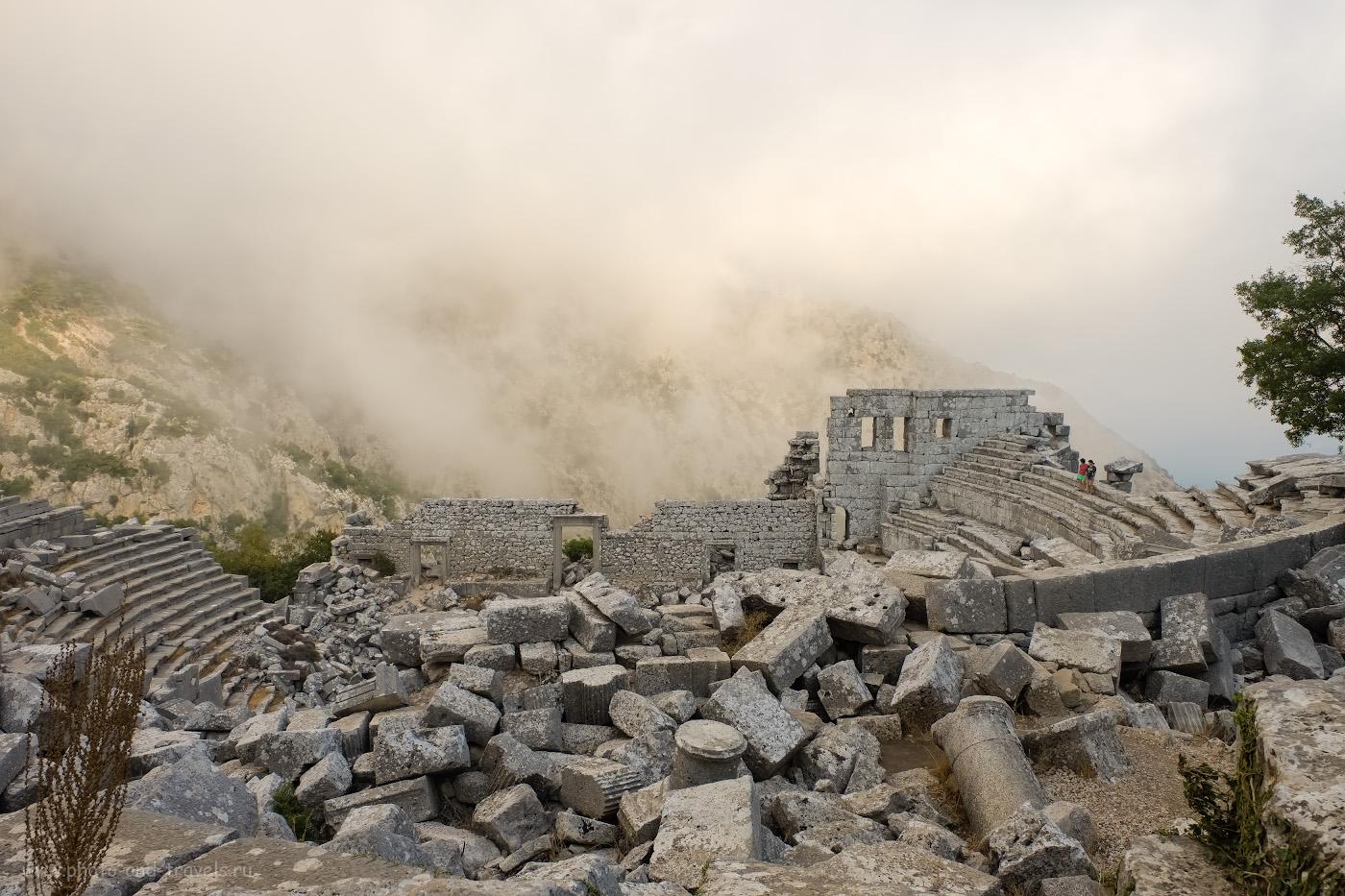 Фотография 8. Немногочисленные туристы рассматривают руины амфитеатра в Термессосе. Как мы ездили на машине по интересным местам недалеко от Анталии. 1/140, 8.0, 200, +0.33, 16.