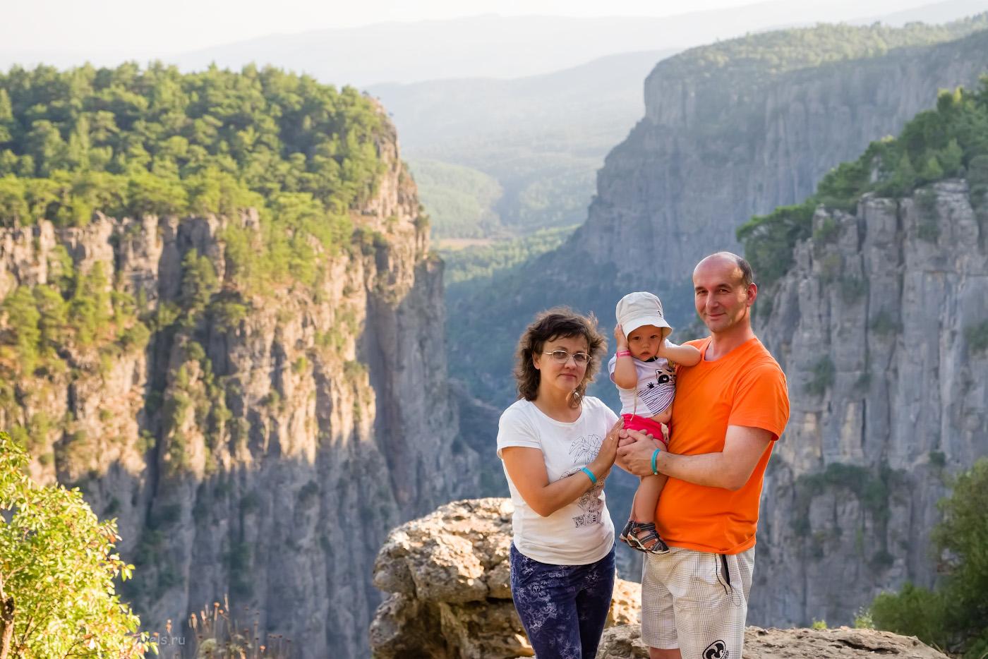 16. Семейный портрет на фоне каньона Тазы (Tazi Canyon), снятый на Fujifilm X-T10 с объективом Fujinon 16-55mm f/2.8. Настройки: 1/320, 4.0, 200, 38.