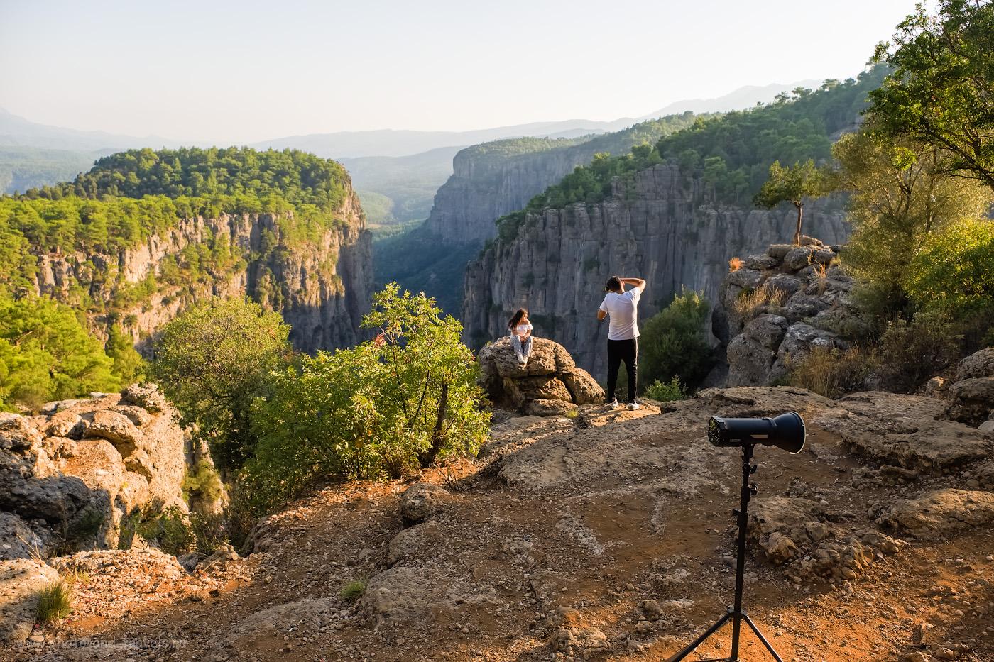 10. Фотосессия на краю каньона Тазы. Сейчас это - одно из популярных мест в окрестностях Анталии для съемки фоточек в Инстаграм. Пришлось дожидаться, когда ребята закончат. Места не так уж много. Если попадете сюда днем, видимо, будет трудно снять селфи без посторонних в кадре. 1/500, 4.0, 200, -0.67, 16.