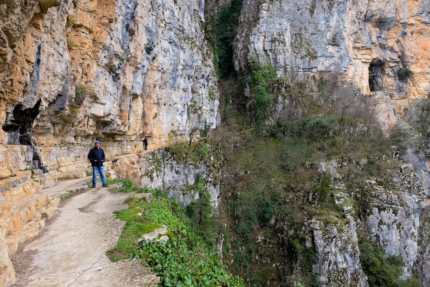28. За моей спиной – те самые дощечки в ущелье Викос в Греции. Какие альтернативы существуют каньону Тазы в Турции? 1/100, 8.0, 1250, -0.67, 16.