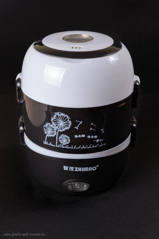 1. Наша мини-рисоварка (ланчбокс) «Zhimao», в девичестве «DMWD», выручит в путешествии по Таиланду или Турции. Снято на полнокадровую зеркалку Nikon D610 + Nikon 24-70mm f/2.8G. Освещение - вспышка Yongnuo YN-684N, управляемая радиосинхронизатором Yongnuo YN-622N-TX. Настройки: 1/200, 8.0, 200, 48.