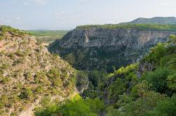 Priamo na okraine Antalii nakhoditsia kanon Giuver Uchurumu ushchele glubinoi 115 i shirinoi vsego 30 metrov Ot nego vsego 11 km do zhivopisneishikh ruin antichnogo goroda Termessos